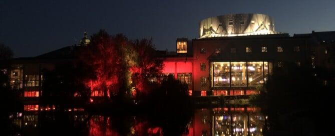 Louis De Geer en kväll upplyst i rött